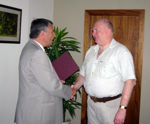 R. Juozainis (dešinėje) apdovanotas už pagalbą aplinkosaugininkams.