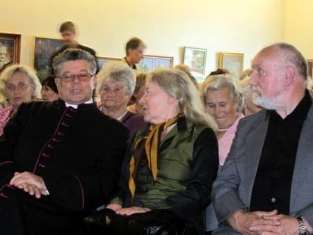 Kan. S. Krumpliauskas su rašytojais M. Telksnyte ir V. Račkaičiu.
