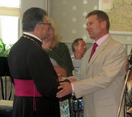 Kauno anykštėnų vardu su dvasininku atsisveikina A. Strumskis.