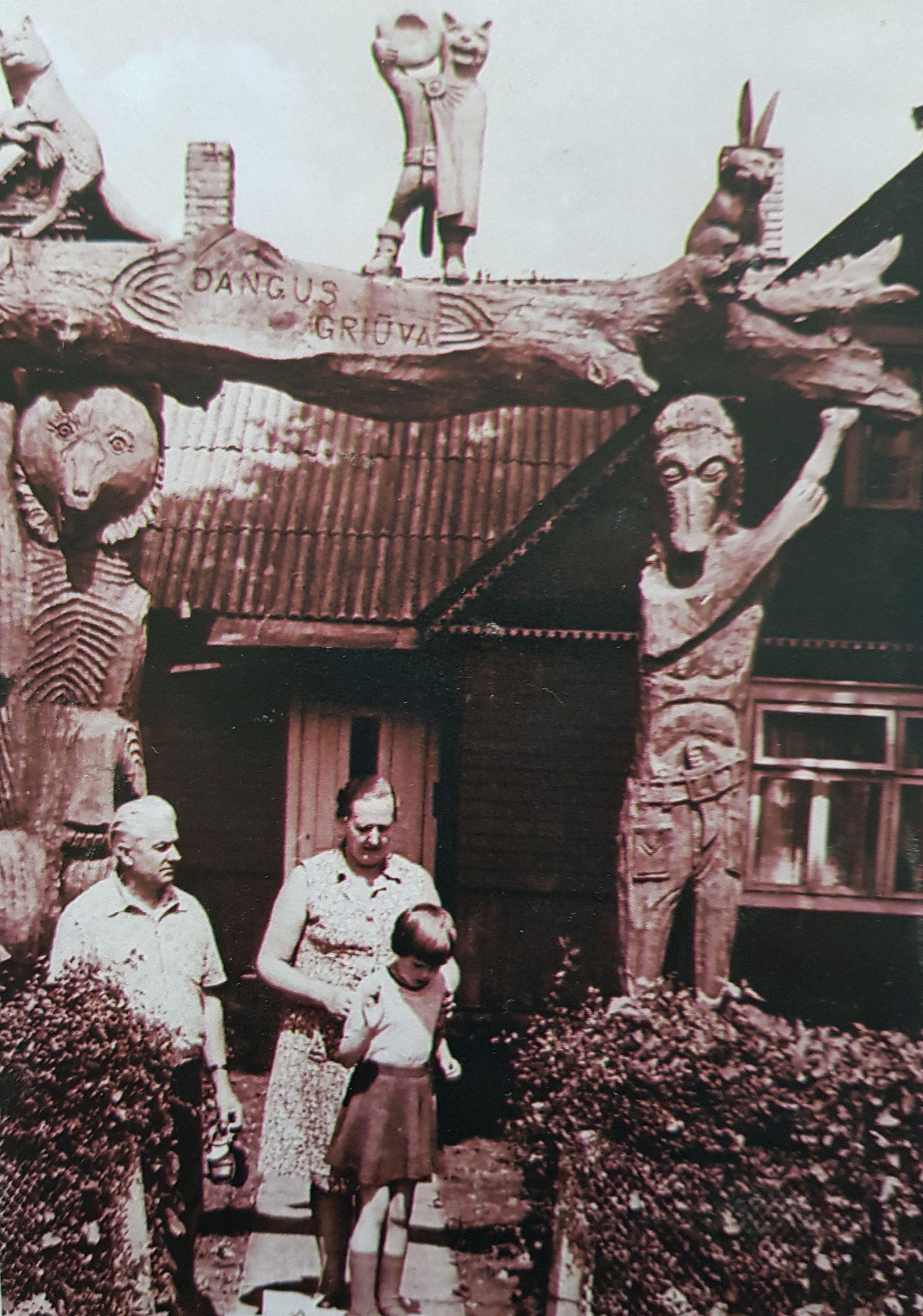 Giedrė Tarabildaitė su savo tėvais prie gimtųjų namų, 1985 m. Asmeninio albumo nuotrauka.