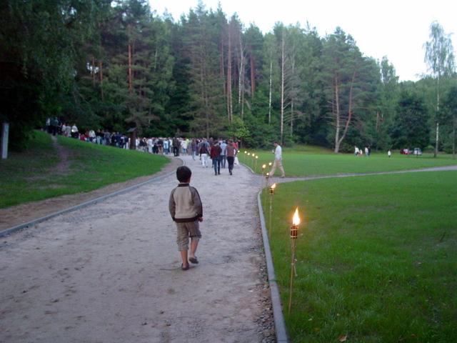 Prie Puntuko iškilmių dalyvius vedė deglų takas.