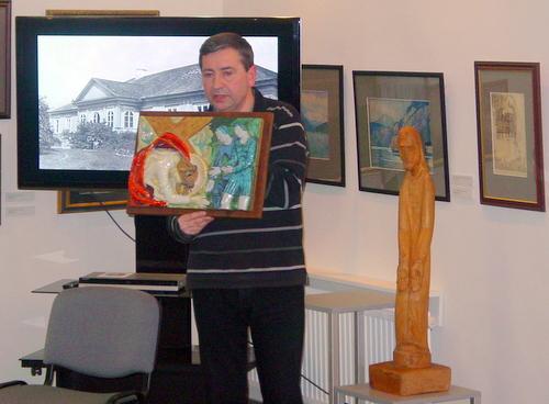 V. Balčiūnas perdavė M. Remienės anykštėnams dovanotus meno kūrinius.