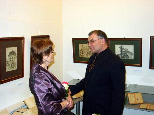 Prie paveikslų ir knygų parodos - I. Dobrovolskaitė ir A. Šajevičius.