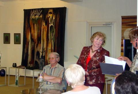 J. Gervytė-Tvarijonavičienė (centre) jos gobelenų ir akvarelės parodos atidaryme.