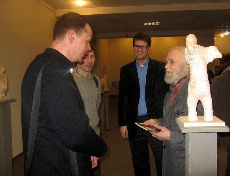 Diskusija apie skulptūrą angelų fone: Saulius Milašius (kairėje), Anykščių menų centro direktorius Tomas Tuskenis (centre) ir skulptorius Leonas Strioga.
