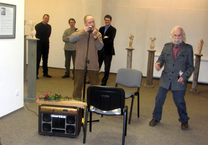 Skulptoriaus L. Striogos šokis, dambrelio melodijai skambant.