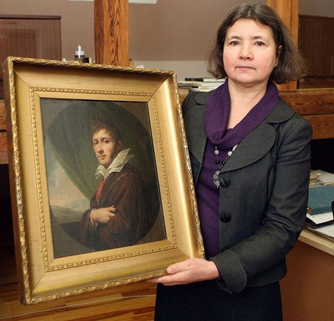 """Menotyrininkė D. Tarandaitė įdėjo daug darbo, kad identifikuotų Anykščiuose saugomą J. B. Lampi tapytą P. Sapiegos portretą.  Foto: R. Danisevičius, """"Lietuvos rytas"""""""