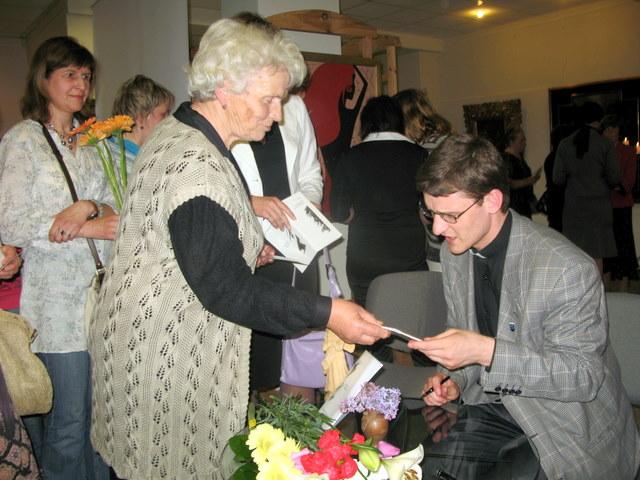 Dešimtys renginio dalyvių gavo kunigo Justo dovaną - asmeninį autografą