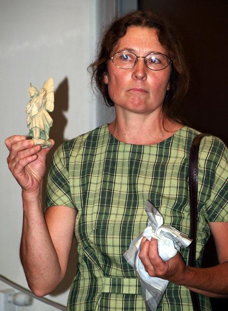 Dalia Bernotaitė-Janušienė Angelų muziejui dovanojo ką tik mirusio tautodailininko Jono Tvardausko spėtą išdrožti angelą.