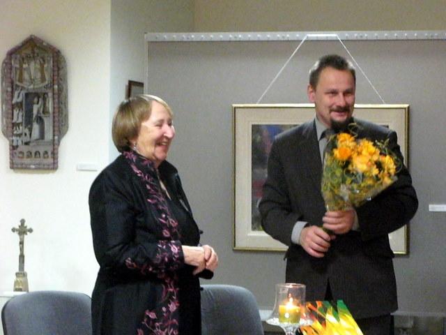 Anykščių meras S. Obelevičius viešniai įteikė puokštę rožių