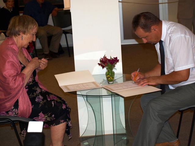 Angelų muziejaus eksponatų kolekcijos dovanojimo aktą pasirašo B. Kleizaitė-Vasaris ir Anykščių meras S. Obelevičius