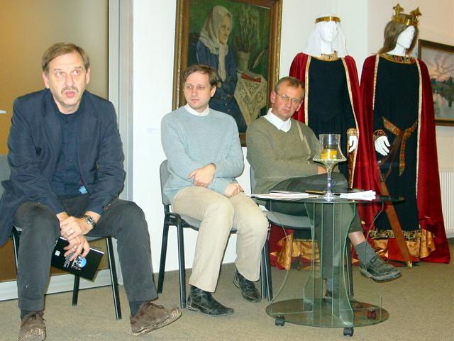 Mokslininkai (iš kairės) A. Kuncevičius, T. Baranauskas ir G. Zabiela Sakralinio meno centre diskutavo apie medinės pilies statybos būtinybę
