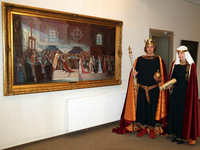 Gimnazistai prie A. Varno paveikslo demonstruoja karališkuosius apdarus