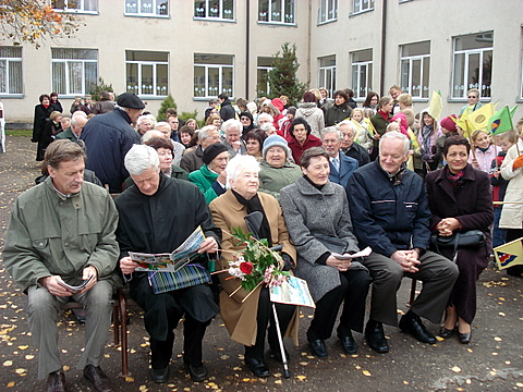 Renginyje pirmojoje eilėje centre - mokytoja Sofija Šaltenienė, aplink - jos vaikai, už jų - Romualdas Valančiūnas