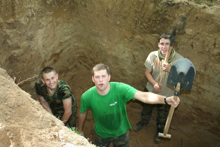 """Bunkerį kasa """"Trakinių partizanai"""" T. Šyvokas, M. Nefas ir N. Černiauskas"""