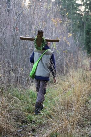 Pakeliui į senkapį su pirmuoju kryžiumi.