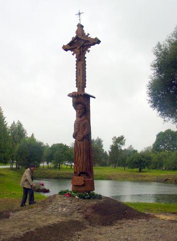 Gėles prie naujojo paminklo padėjo ir Pasaulio anykštėnų bendrijos pirmininkas prof. Antanas Tyla.