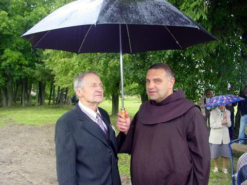 Po vienu skėčiu - geologas V. Baltakis ir brolis Astijus.