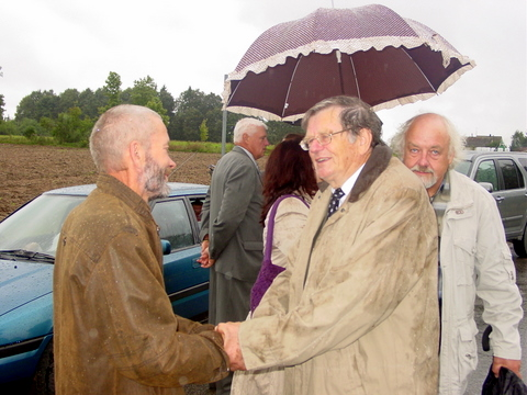 Prof. A. Tyla (dešineje) dėkoja paminklo autoriui medžio drožėjui V. Survilai.