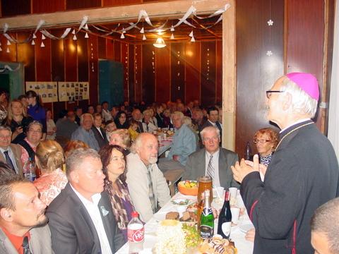 Bendrą suneštinį stalą laimina Panevėžio vyskupas J. Kauneckas.