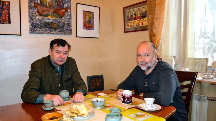 """Romanas """"Šengeno istorija"""" prasideda Pienagalio kaime, kuris iš tikrųjų Lietuvoje yra, ir kur rašytojui ne kartą yra tekę būti - viešėti savo bičiulio Virginijaus Strolios (kairėje) sodyboje. Jūratės Mičiulienės nuotrauka."""