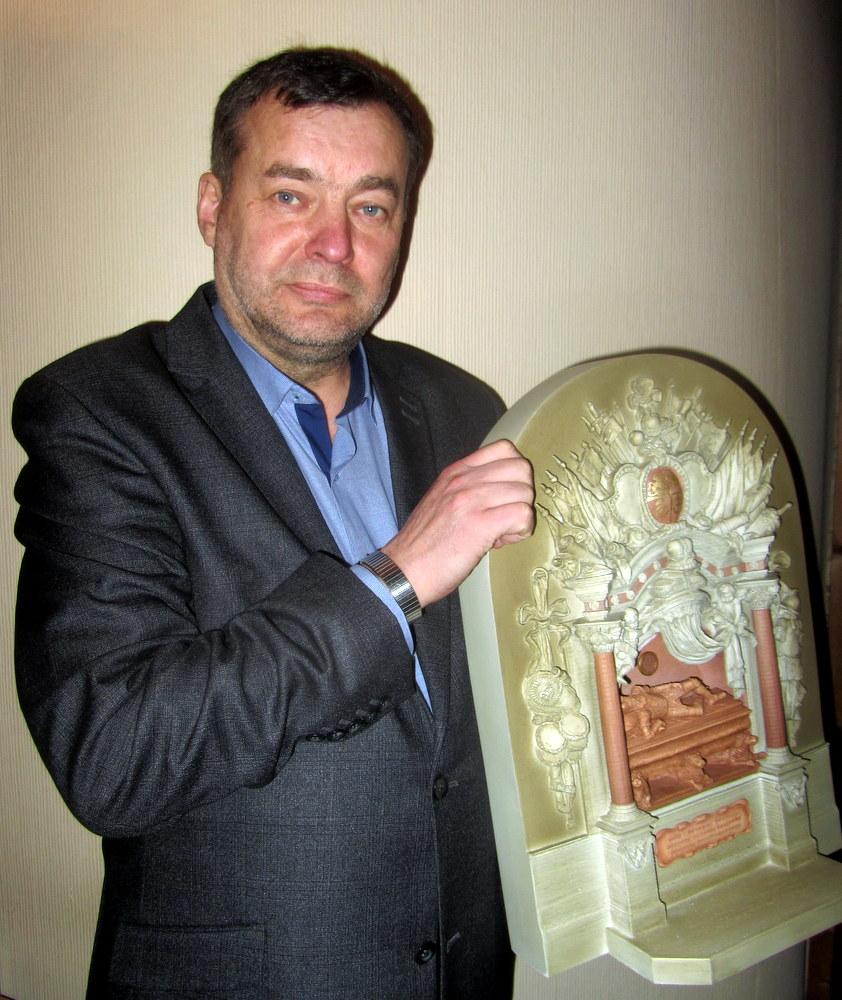 Kijevo anykštėnas V. Strolia ir jo atgabentas būsimojo memorialo maketas.