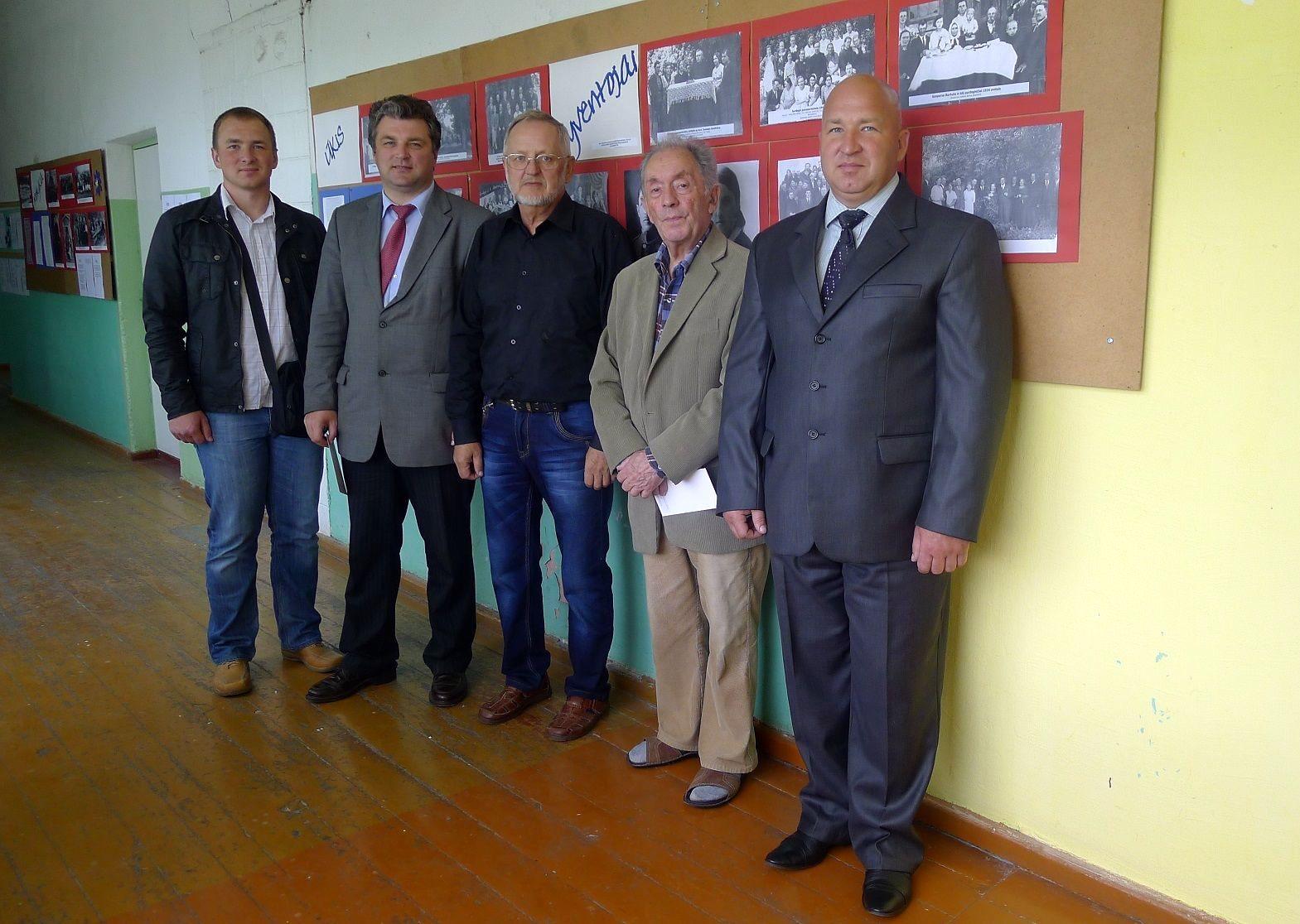 Parodų rengėjas prof. O. Janonis (centre) su svečiais.