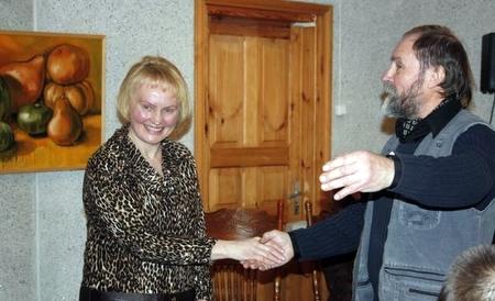 Aldona Širvinskienė ir ją sveikinęs dailininkas Aleksandras Tarabilda.