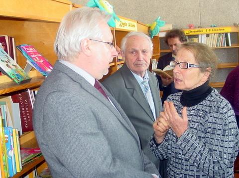 Apie S. Zobarsko pamokas kalbasi (iš kairės) filologas Kęstutis Urba, pedagogas Juozas Danilavičius ir filologė, vertėja Dalia Dilytė-Staškevičienė.