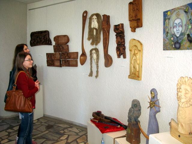 Dešinėje - Vidmanto Lietuvninko tapybos darbas ir drožiniai
