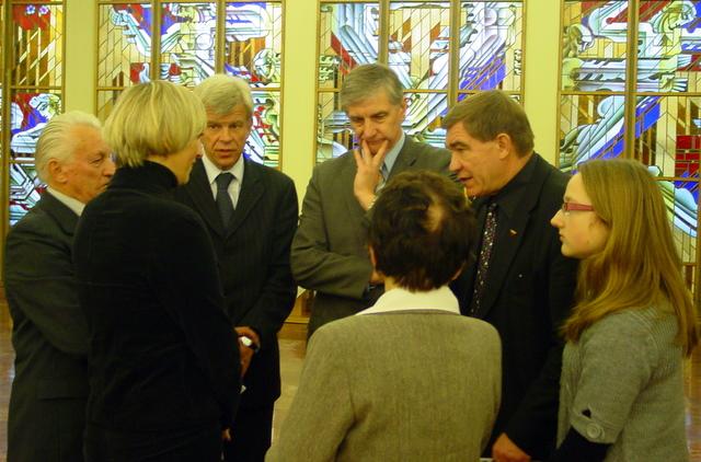 Parodos organizatoriai V. Galvonas ir A. Dumbrava (centre) su atidarymo svečiais ir J. Tvardausko artimaisiais
