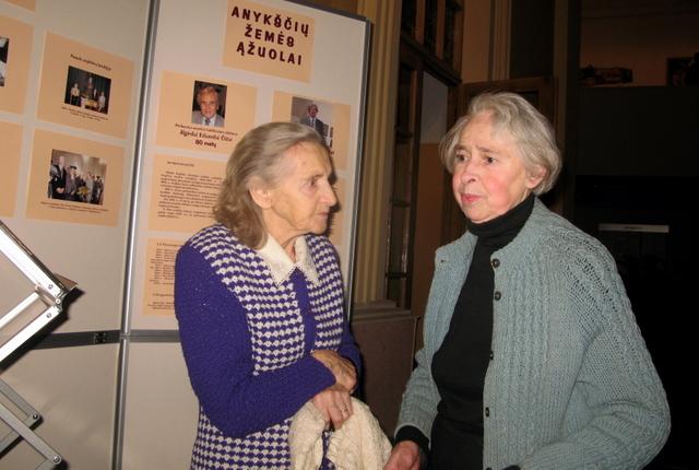 Susitiko buvusių suolo draugų A. E. Čižo ir A+A mokytojo Juozo Pakalnio žmonos Janina Čižienė ir Sofija Pakalnienė