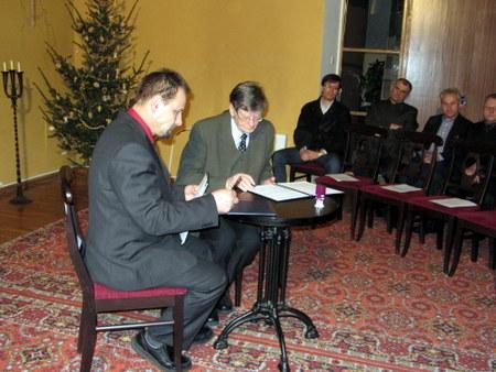 Sutartį pasirašo S. Obelevičius ir A. Tyla.