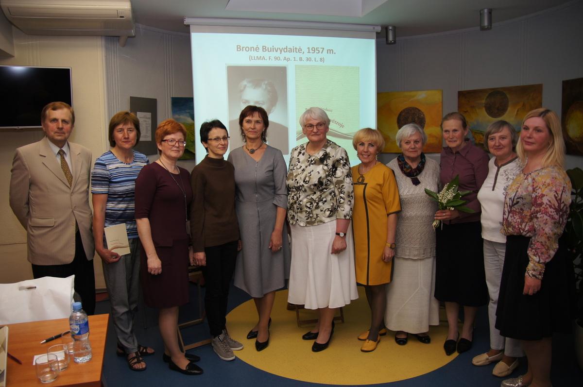 Renginio dalyvių grupė su L. Lapinskiene (centre).