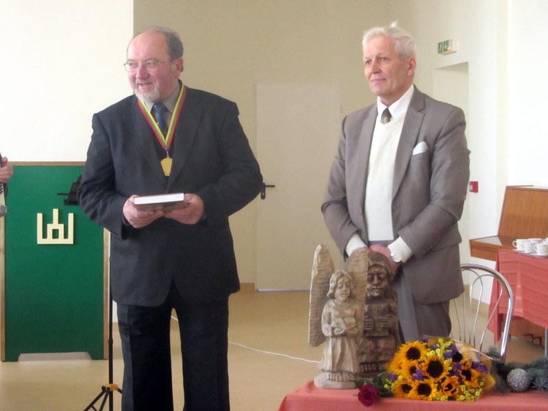 Buvęs Viešintų mokyklos auklėtinis verslininkas Vytautas Strolė ir T. Uža.