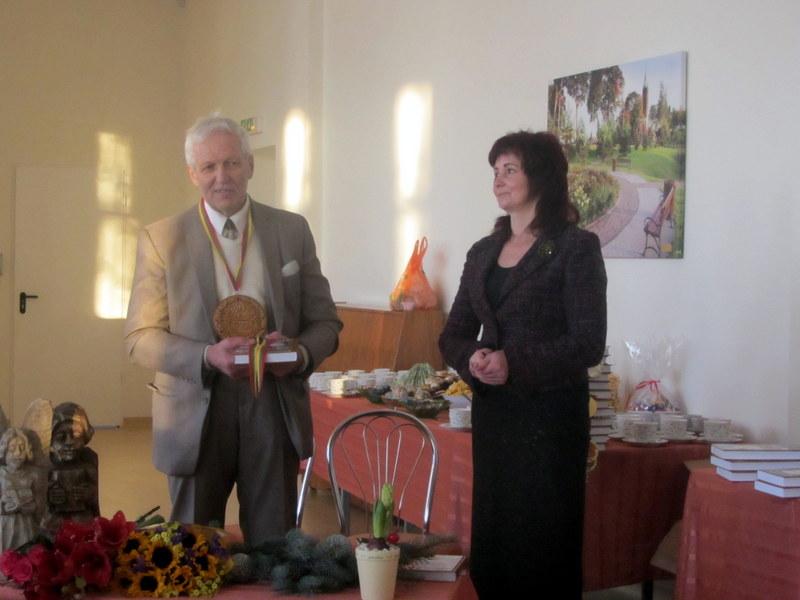 Knygos sudarytojas T. Uža ir popietės vedėja bibliotekininkė ir kraštotyrininkė Jolanta Mameniškienė.