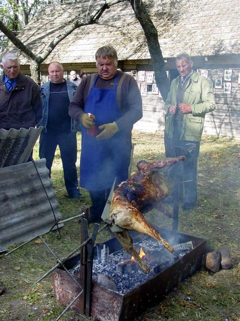 Vaižgantinių svečiams buvo iškepts Vaižganto giminaičio V.Nakučio (stovi pirmas iš kairės) dovanotas avinas.