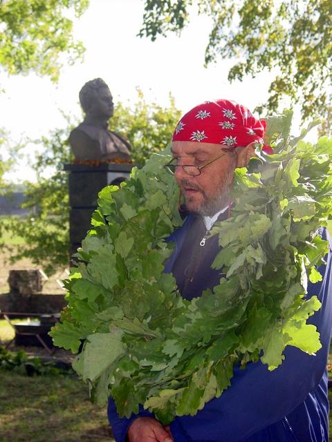 Vaižganto premijos laureatą L.Jakimavičių rašytojo gimtinės žmonės pagerbė ąžuolo lapų vainiku.