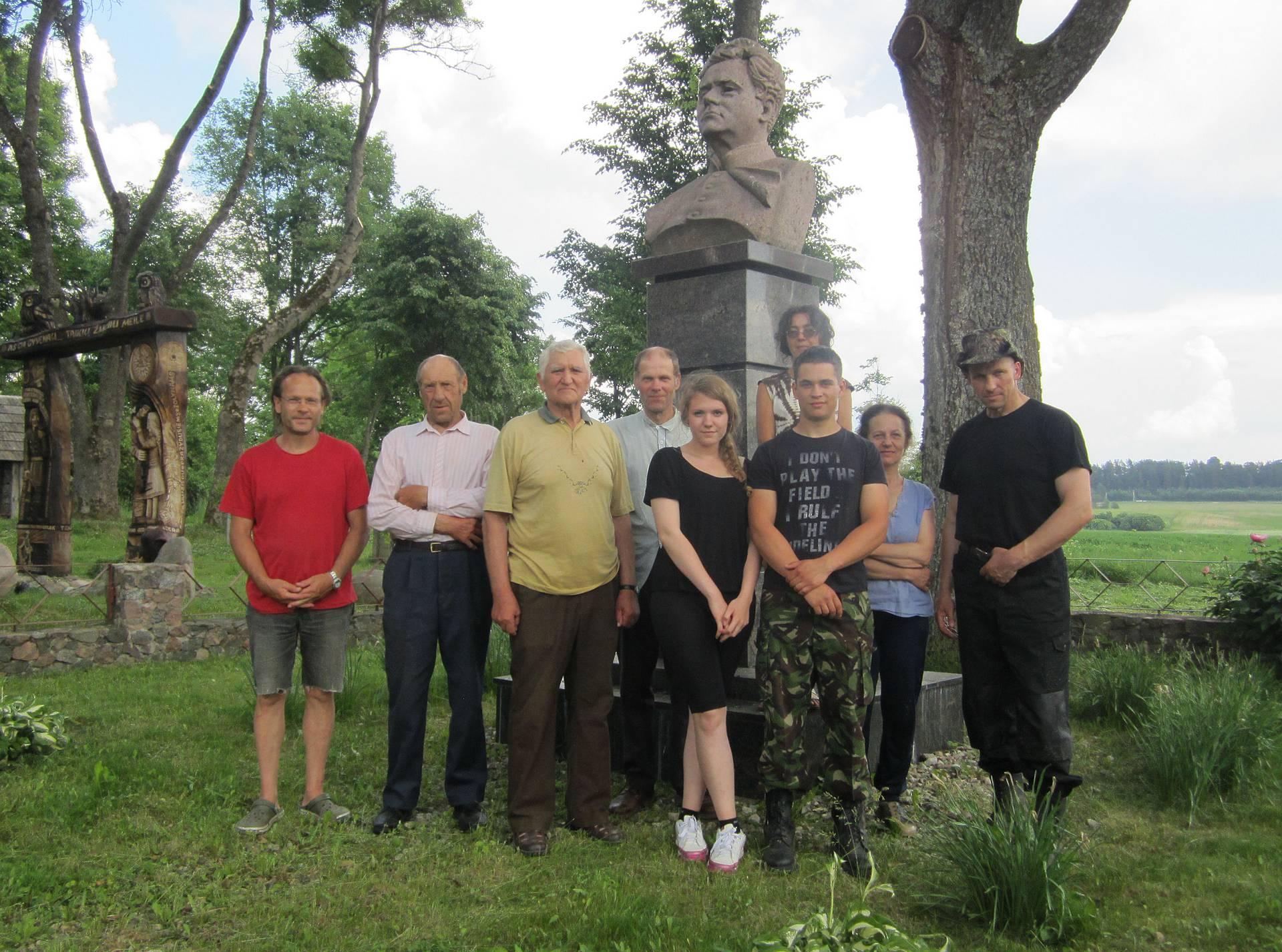 Talkininkai Malaišiuose, prie Vaižganto paminklo.
