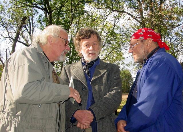 Maleišiuose susitiko rašytojai (iš kairės): 2003 m. Vaižganto premijos laureatas R. Vanagas, Rašytojų sąjungos pirmininkas A. A. Jonynas ir 2011 m. laureatas L. Jakimavičius..
