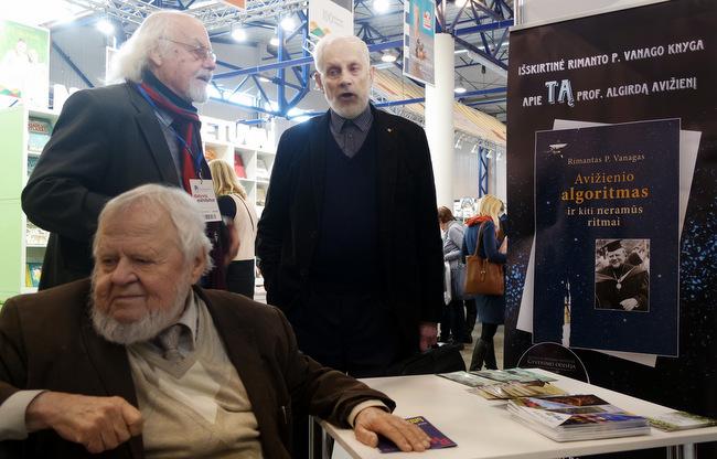 Trise Vilniaus knygų mugėje 2018 m. vasario 22 d.: sėdi A. Avižienis, stovi R. Vanagas ir V. Martinkus. T. Kontrimavičiaus nuotrauka.