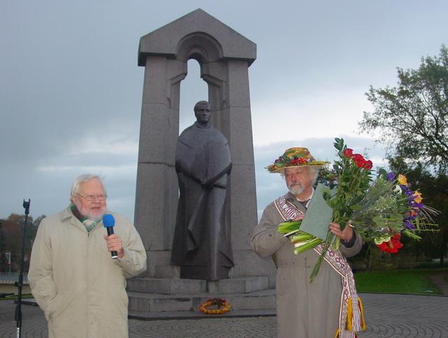 Pasaulio anykštėnų vardu laureatą sveikina prof. Algirdas Avižienis.