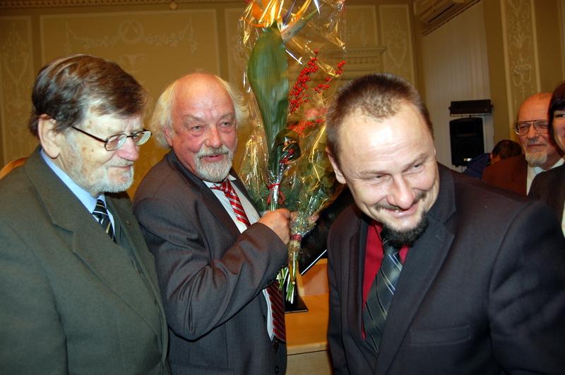 Laureatą (centre) sveikino Pasaulio anykštėnų bendrijos pirmininkas A. Tyla ir Anykščių meras S. Obelevičius. Audronės Pajarskienės nuotrauka.