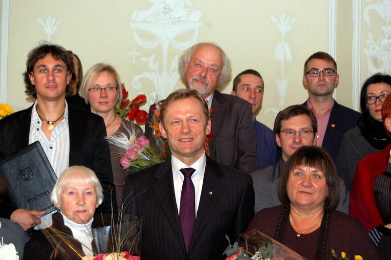 Rašytojas R. Vanagas kukliai slepiasi už premiją įteikusio Kultūros ministro Šarūno Biručio... Audronės Pajarskienės nuotrauka.
