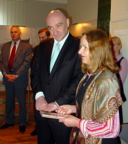 I. Andrukaitienės dovana ambasadoriui - DVD su informacija apie rekordinę Lietuvos vėliavą.