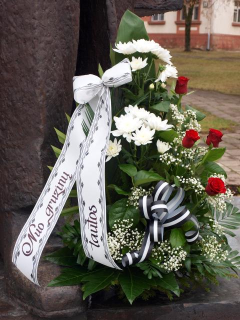 Gėlės A. Vienuoliui gimtadienio proga