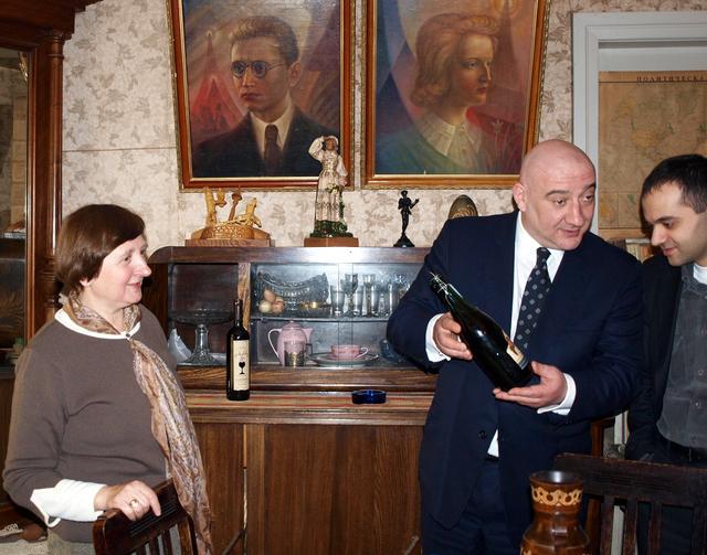 A. Vienuolio memorialinio muziejaus ekspoziciją svečiai iš Gruzijos papildė gruziniško vyno buteliu.
