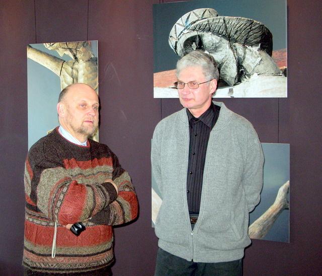 Parodos atidaryme - Anykščių kūrybos ir dailės mokyklos direktorius Arūnas Vilkončius ir fotomenininkas Alfredas Motiejūnas