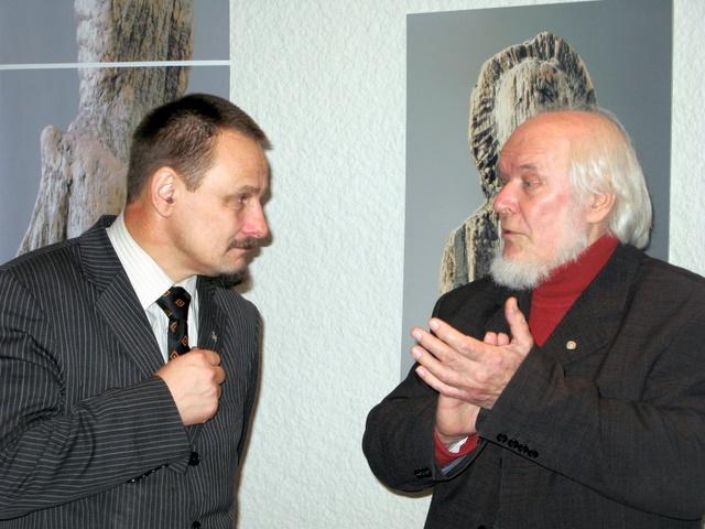 V. Vildžiūnas autorinėje parodoje Anykščiuose su meru S. Obelevičiumi. T. Kontrimavičiaus nuotrauka