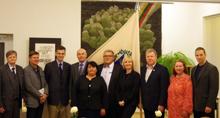 Renginio organizatoriai ir svečiai – po Vilniaus anykštėnų sambūrio vėliava.